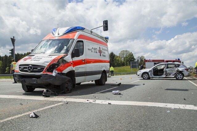 Lauta: Rettungswagen kollidiert mit Mazda