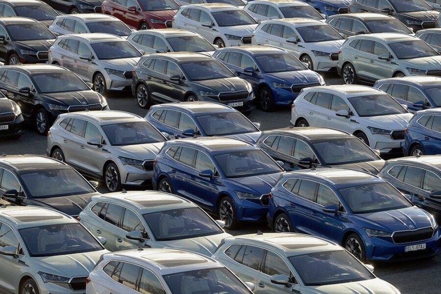 Neue Elektroautos des tschechischen Automobil- und Motorenherstellers Skoda sind in einem Vertriebszentrum bei Mnichovo Hradiste in Tschechien geparkt.