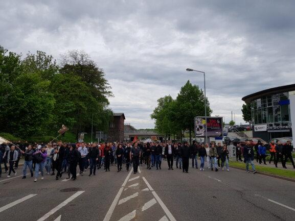 Auf der August-Bebel-Straße haben sich am Morgen Gegendemonstranten formiert.