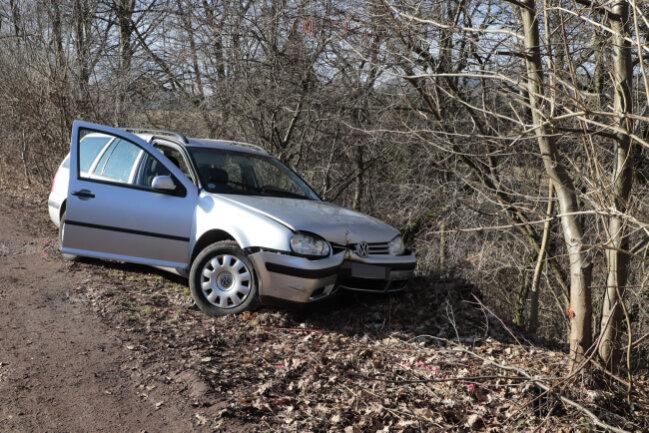 Der Fahrer war an einer Kleingartenanlage mit seinem Auto gegen einen Baum geprallt.