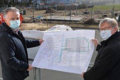 Roger Lucchesi (r.), Geschäftsleiter des Wasserzweckverbands Freiberg, und der kaufmännische Leiter Norbert Reinelt vor der Fläche, auf der das Wasserwerk an der Hegelstraße in Freiberg erweitert werden soll.