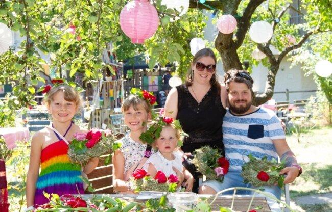 Maria und Rene Stuffrein aus Leipzig bastelten mit ihren Kindern Aliya, Talida und Malina (v. l.) Blumenkränze.