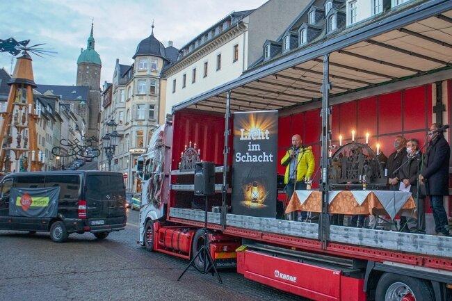 """Dort, wo am Freitag eigentlich der Annaberger Weihnachtsmarkt hätte eröffnet werden sollen, starteten Unternehmer aus dem Erzgebirge die Aktion """"Licht im Schacht""""."""