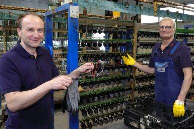 Gazima-Chef Jörg Zimmermann (l.) hat am Montagnachmittag auf prominente Verstärkung in seinem Unternehmen gewartet. Doch die kam nicht. Also musste Mitarbeiter Peter Pötschke noch schneller zugreifen.