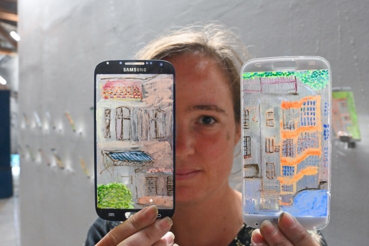 Paula Carralero Bierzynska war eine der Residenzkünstlerinnen in Chemnitz. Ihre Hinterglasmalereien auf Handydisplays zielen auch auf Nachhaltigkeit gegen die Wegwerfgesellschaft.