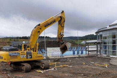 Nach jahrelanger Vorbereitung des Millionenprojekts sind der Bagger und andere Baufahrzeuge angerückt. 2023 soll alles fertig sein.