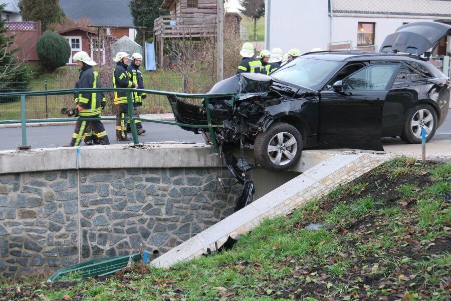 Zwönitz: Landrover fährt in Brückengeländer