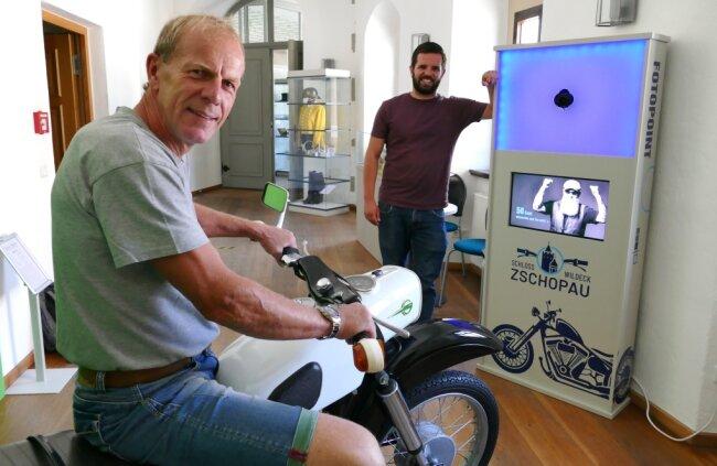 Uwe Weber, hier auf einer der neuesten Attraktion im Motorradmuseum von Schloss Wildeck, einer moderne Fotobox.