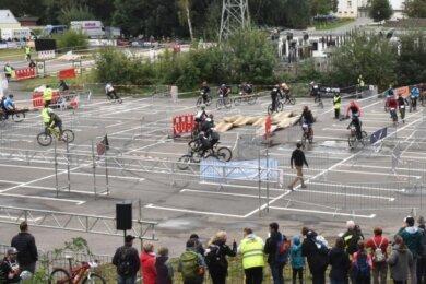 Die dritte Auflage des Radwettkampfes Straßenschlacht in Limbach-Oberfrohna musste diesmal wegen der Coranapandemie auf einem Rundkurs auf der Kellerwiese am Erlebnisbad Limbomar stattfinden.