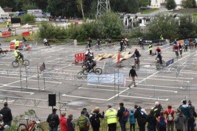 Die dritte Auflage des Radwettkampfes Straßenschlacht in Limbach-Oberfrohna musste wegen der Coranapandemie auf einem Rundkurs auf der Kellerwiese am Erlebnisbad Limbomar stattfinden.