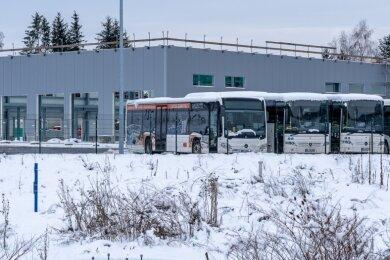 Der neue Betriebshof an der Äußeren Lengenfelder Straße in Rodewisch bietet Platz für 60 Busse. Gegenwärtig wird vor allem im Inneren der acht Meter hohen Halle gebaut.