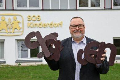 """Man soll nicht alles gleich wegwerfen: Heico Engelhardt, Leiter des Kinderdorfs Zwickau, hat die sieben Buchstaben aufgehoben, die das Wort """"Sachsen""""bilden. So hieß das Dorf bis 2014 - und so soll es auch wieder heißen."""