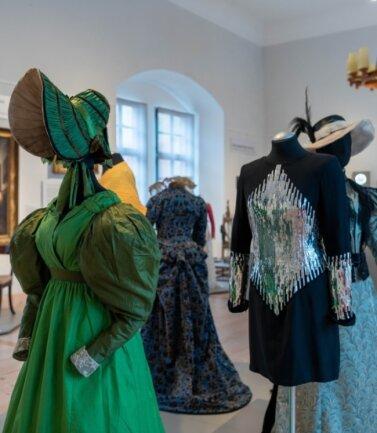 """In der Ausstellung """"Von Cranach bis Karl Lagerfeld - Schätze aus der Stiftung August Ohm"""" auf Schloss Rochsburg werden auch Kleider wie dieses von Karl Lagerfeld entworfene Cocktailkleid (vorn rechts) gezeigt."""