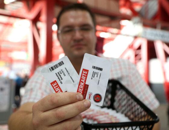 Die neuen Tickets (links) werden gegen die alten Dauerkarten (rechts) getauscht.