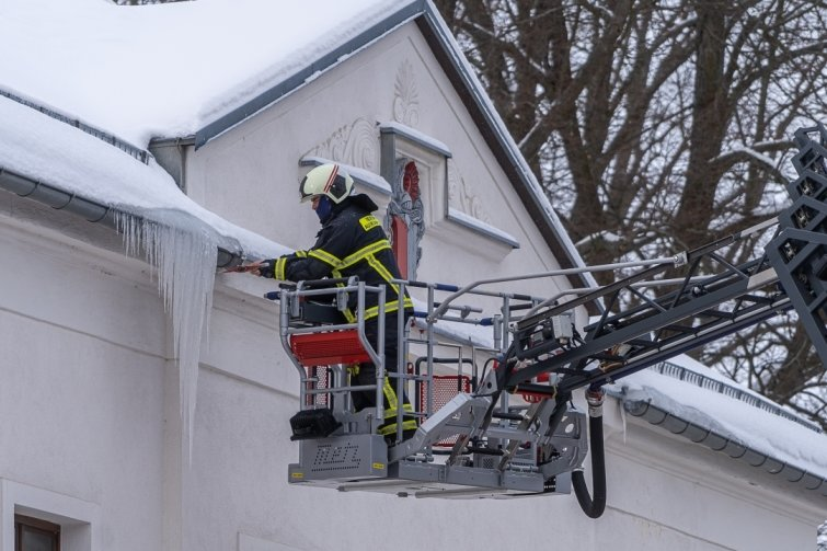 Auerbachs Feuerwehr entfernt Eiszapfen in luftiger Höhe