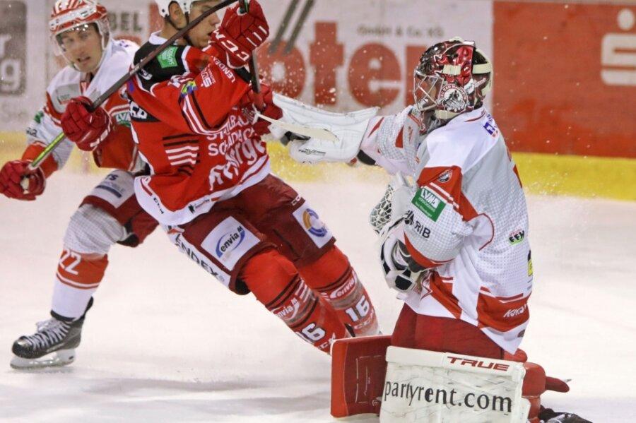 Vincent Schlenker (rotes Trikot) und die Eispiraten Crimmitschau mussten am Wochenende zwei schmerzhafte Niederlage einstecken.