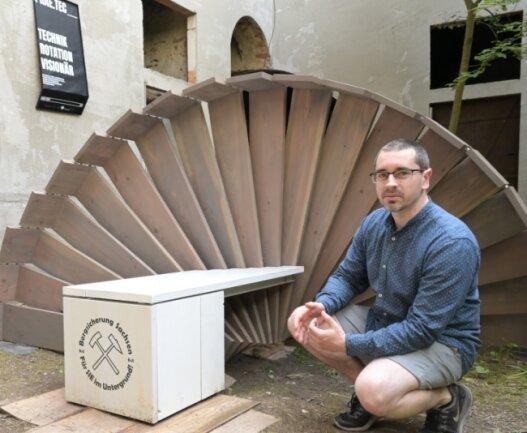 Ein Exponat - eine Sitzgelegenheit mit Bezug zum Bergbau - steht im Hof des Härtelhauses. Daniel Preuß, Student der Fakultät Angewandte Kunst Schneeberg, hat das Projekt mit Interesse verfolgt.