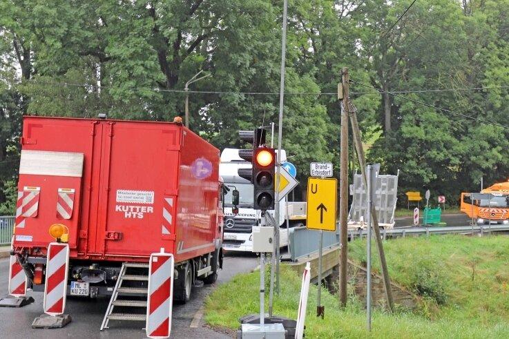 Auf der B 173 in Oberschöna gibt es voraussichtlich noch bis Samstag eine Fahrbahnverengung mit Ampelregelung. Grund sind Asphaltarbeiten auf der Dorfstraße in Richtung St. Michaelis .