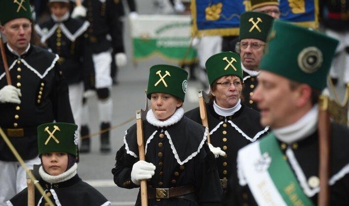 Durch die Arbeit vieler Vereine wird die Bergbau-Tradition im Erzgebirge lebendig gehalten. Eindrucksvoll zeigt sich dies auf Bergparaden. Dafür sollen die Akteure besser unterstützt werden.