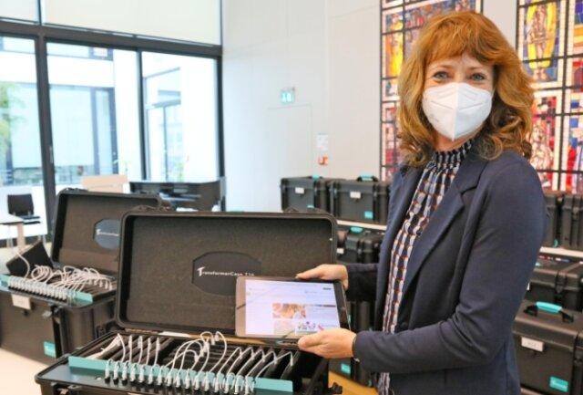 Grit Jakob, Schulleiterin der Dittes-Grundschule, mit dem ersten von 48 Tablets für ihre Schule.