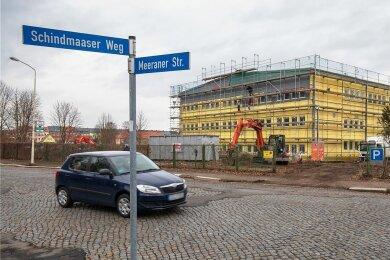 An der alten Fabrikhalle an der Meeraner Straße in Glauchau laufen umfangreiche Bauarbeiten. Auch das Außengelände wird neu gestaltet.
