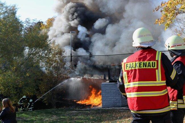 Die Einsatzkräfte der freiwilligen Feuerwehren aus Flöha und Falkenau hatten nach einer Stunde das Feuer gelöscht. An der Brücke entstand Totalschaden. Alarmiert worden waren auch die Niederwiesaer Wehrleute. Sie mussten an der Landbrücke eine Ölsperre aufbauen. Fotos: Knut Berger (3)