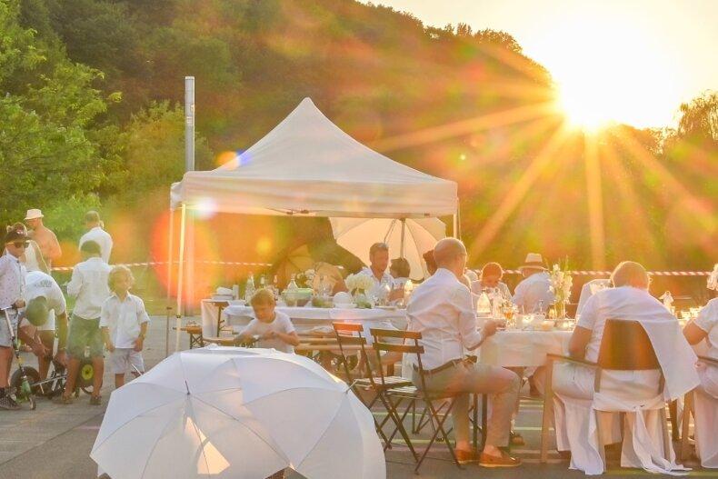 Das White Dinner ging in gewohnt entspannter Atmosphäre in den Sonnenuntergang.