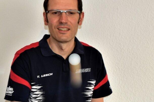 Training einmal anders: Der Thumer Bezirksklassespieler Thomas Lesch kann mit seiner Einhand-Tischtennisplatte in der Wettkampfpause zumindest etwas mit den Zelluloidjonglieren.