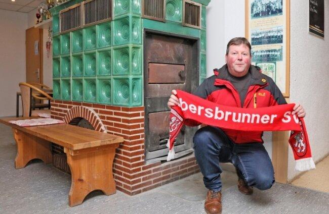 René Gentz vom Ebersbrunner SV kämpft für den historischen Kachelofen im Hüttelsgrüner Vereinsgebäude.