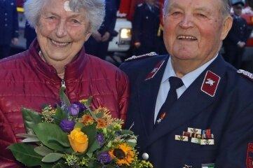 Waltraud Schaarschmidt freut sich mit ihrem Mann Herrmann über dessen Auszeichnung für 75-Jahre Feuerwehrmitgliedschaft.