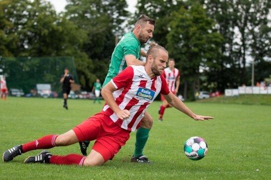 Der TSV Ifa um Toni Barth (vorn) hatte dem SV Lichtenberg, allen voran Dreifachtorschütze Swen Häuser (hinten), wenig entgegenzusetzen und verlor im Erzgebirge mit 1:4.