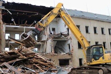 Das seit Jahrzehnten leerstehende ehemalige Verwaltungsgebäude des früheren VEB Planet Wäschefabrik Eppendorf wird jetzt abgerissen.