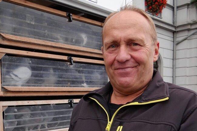 Brieftaubenzüchter Joachim Wöllner aus Ebmath war mit 20 Tieren auf dem Oelsnitzer Markt dabei.