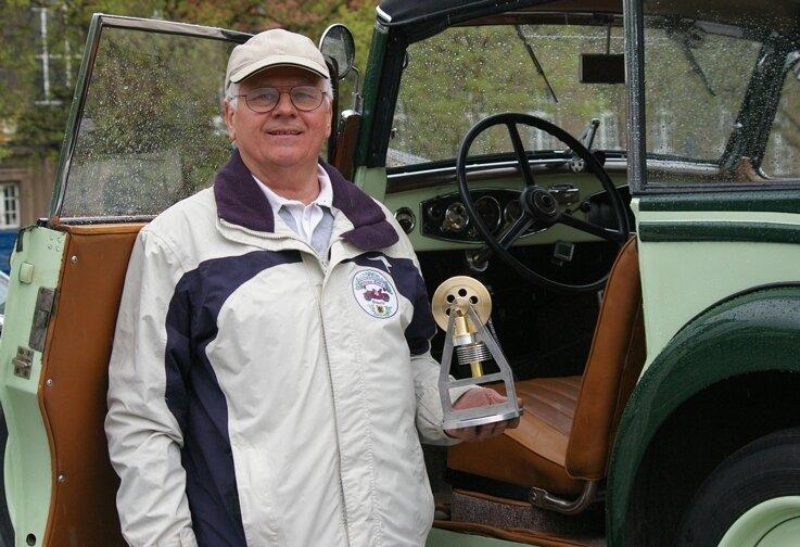 """<p class=""""artikelinhalt"""">Stolzer Sieger der Schwanenklassik 2010: Dieter Lorenz aus Treuen mit dem Hauptpreis, einem funktionierenden Sterling-Motor. </p>"""