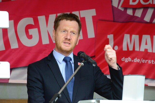 Sachsens Ministerpräsident Michael Kretschmar (CDU) spricht auf dem Neumarkt.