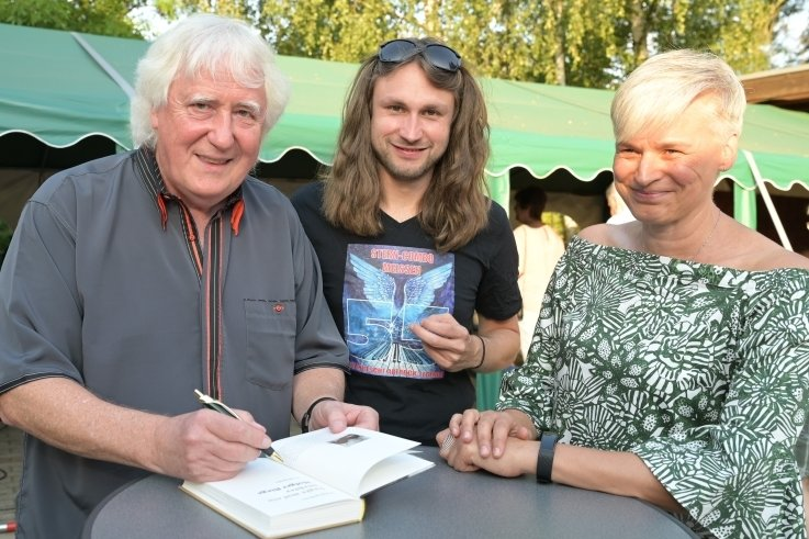Wolfgang Martin (links) und Manuel Schmid (Mitte) haben die musikalische Lesung am Samstag in Lugau gestaltet. Besucherin Andrea Dietrich aus Dresden fand die Mischung aus Lesung und Musik gelungen.