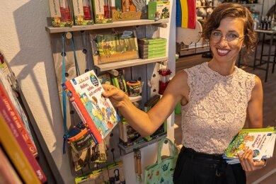"""Bücher, Spielzeug, Geschenke - mit dem Sortiment ihres Geschäftes """"Buch mal anders"""" sorgt Uta Gräf ab heute für einen neuen Farbtupfer in Treuens Innenstadt.Foto: David Rötzschke"""