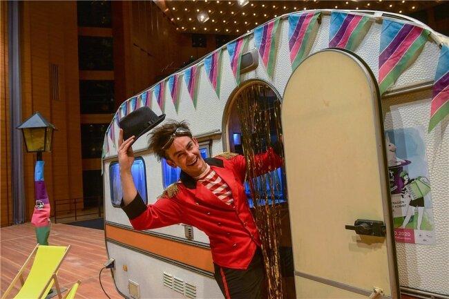 Clown Conrad Wawra wird durch die Abendshow des Hutfestivals im Großen Saal der Stadthalle führen. Foto: Andreas Seidel