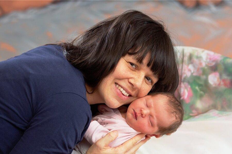 Mama Tina Hallbauer mit Mavie.