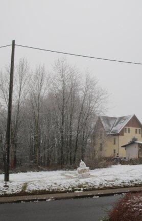 Ein Schneemann bewacht das künftige Baugebiet.