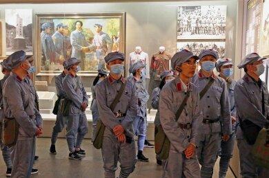 Eine Besuchergruppe im Revolutionsmuseum von Jinggangshan in China. Wohin sich einst Mao Tse-tung mit seinen roten Truppen zurückgezogen hatte, um den kommunistischen Volksaufstand zu planen, werden nun, mehr als 70 Jahre später, in einer Akademie Parteikader ideologisch auf Spur gebracht.