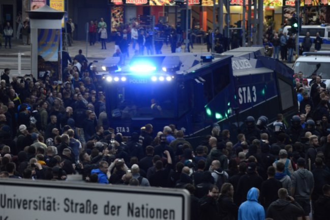 An der Kreuzung Straße der Nationen/Brückenstraße hatte die Polizei ihre Mühe, das Areal freizubekommen. Von hier aus wurden einzelne Personen zum Tatort der Gewalttat vom 26. August vorgelassen.