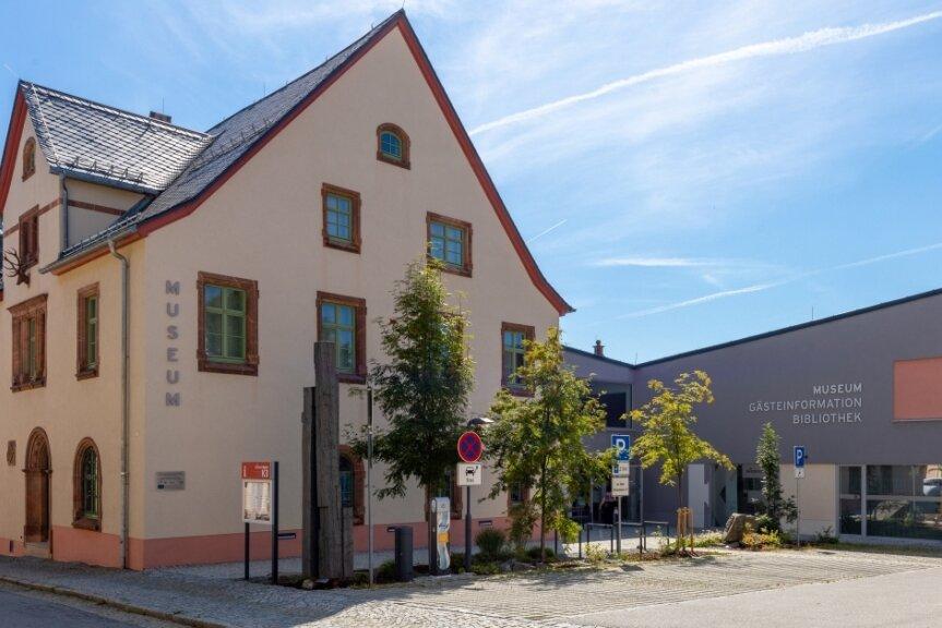 """Institution in Oberwiesenthal mit Angeboten für Einheimische und Gäste des Kurorts: Im ehemaligen Königlich-Sächsischen Forstamt inklusive Anbau ist das """"Wiesenthaler K3"""" mit Gästeinformation, Museum und Bibliothek zu finden. Vor fünf Jahren, am 13. September 2014, wurde die neu gestaltete Einrichtung eröffnet."""