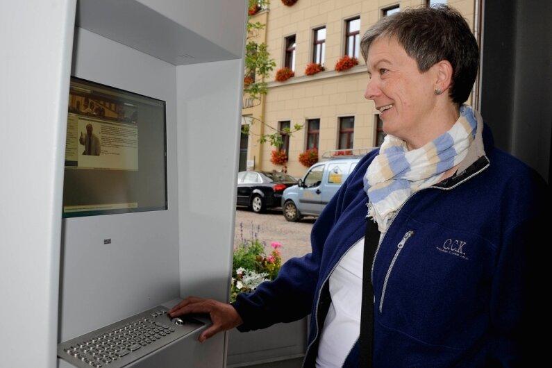 Am komplett erneuerten Computer-Terminal auf dem Reichenbacher Markt finden Besucher wie hier Astrid Keck aus Offenburg nun rund um die Uhr touristische Informationen aus der Region.