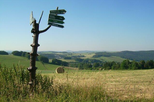 """Einer der schönsten Aussichtspunkte von Chemnitz, der """"Erzgebirgsblick"""". Bei günstigen Wetter kann man am Horizont den Kamm des Erzgebirges sehen."""