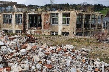 Wo künftig Eigenheime stehen sollen, prägen noch Überreste des Gelkida-Werks das Bild.