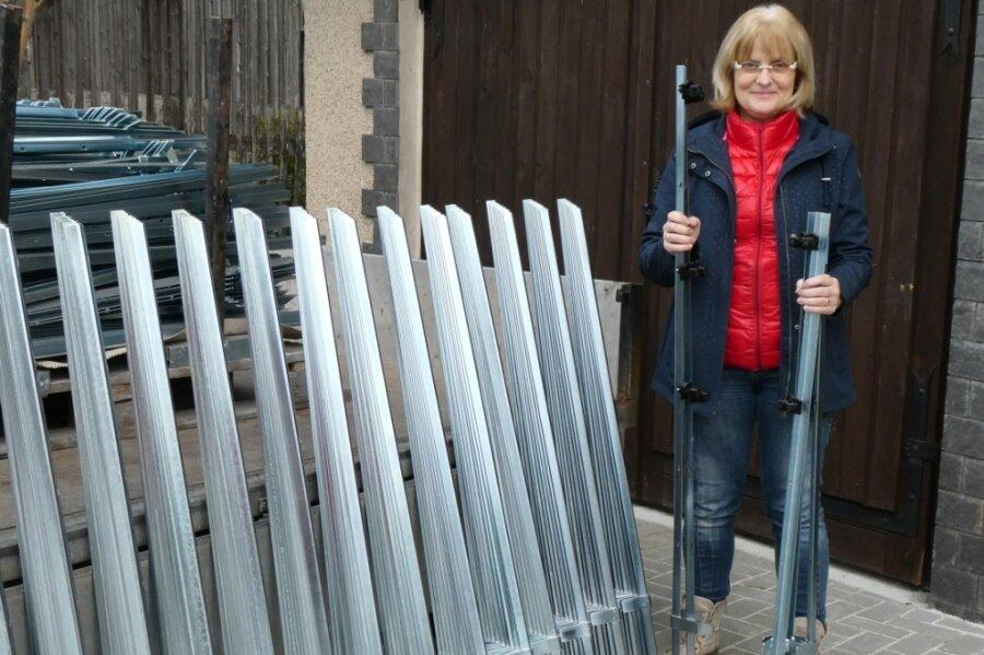 Cornelia Seidel, Inhaberin der Firma Curt Seidel Elektroweidezaun, mit den traditionellen Pfählen, die nun im vogtländischen Hammerbrücke gefertigt werden.