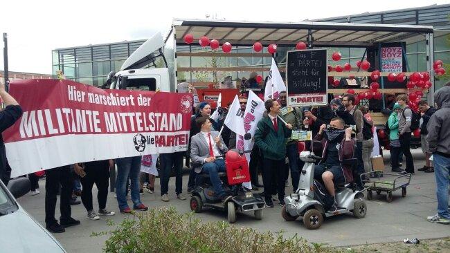 An der Mensa der TU Chemnitz formieren sich ebenfalls Demonstranten.