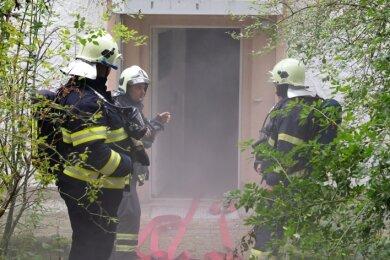 Einsatzübung in Antonshöhe: Dort galt es, einen simulierten Brand in einem leerstehenden Haus zu löschen. Dafür arbeiteten Feuerwehrleute aus Tellerhäuser und Boží Dar zusammen.