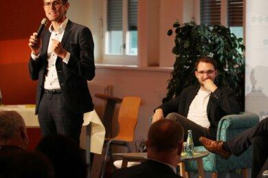 Thomas Arnold von der Katholischen Akademie begrüßte am Sonntag im Breuergymnasium in Zwickau den Autor Lukas Rietzschel, ZDF-Chefredakteur Peter Frey und Bürgerrechtler Frank Richter (von links).